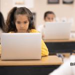 menina no computador